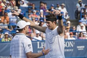 Andy Roddick accepts a hug from 2009 Legg Mason Tennis Classic champion Juan Martin Del Potro. (photo by Kwai Chan / Meniscus Magazine)