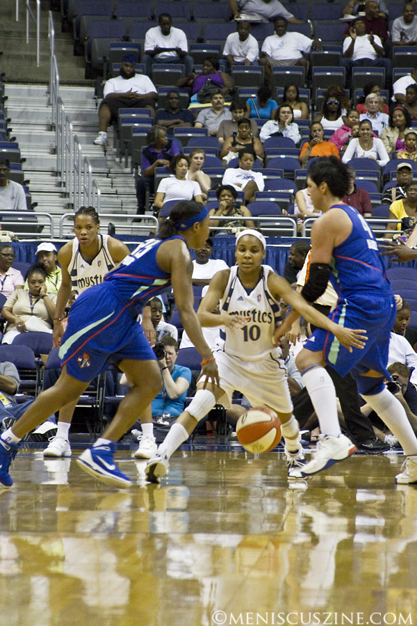Lindsey Harding (center) scored 13 points for the Mystics. (photo by Kwai Chan / Meniscus Magazine)