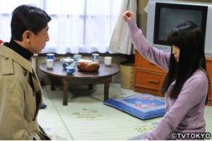 Makiko (right, played by Mayuko Iwasa) tries coax hidden memories from the amnesia-ridden Tagawa (Go Riju) through hypnosis. (photo courtesy of TVTOKYO)