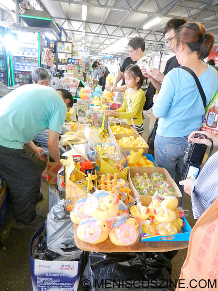 Not far from the Rubber Duck Project were a number of stands capitalizing on all sorts of products bearing resemblance to the main subject. (photo by Yuan-Kwan Chan / Meniscus Magazine)