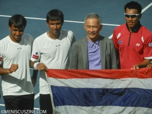 The Ratiwatana brothers (left); Suwat Liptapanlop, president of the Lawn Tennis Association of Thailand; and Thai Davis Cup team captain Paradorn Srichaphan after Thailand defeated Pakistan. (photo by Yuan-Kwan Chan / Meniscus Magazine)