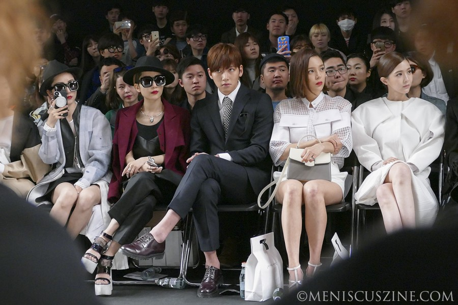 Ji Chang-wook (center) watches the KAAL E.SUKTAE runway show at Dongdaemun Design Plaza on Mar. 23. (photo by Yuan-Kwan Chan / Meniscus Magazine)
