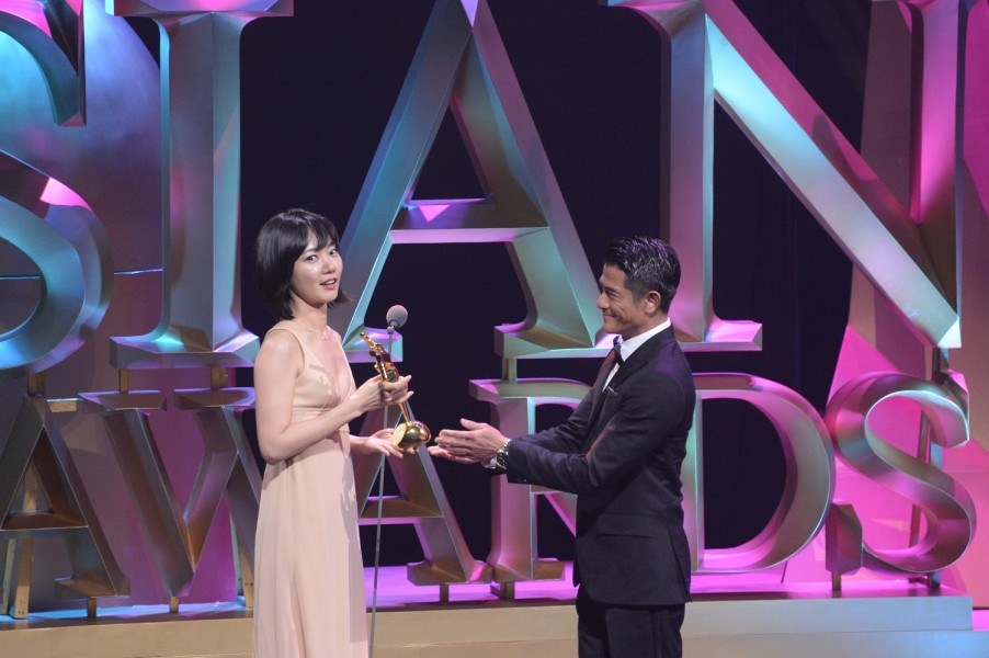 Bae Doona receives her Best Actress Award from Aaron Kwok, a Celebrity Jury member this year. (photo courtesy of the Asian Film Awards)