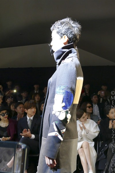 A close-up of a jacket sleeve from the KAAL E.SUKTAE Fall 2015 collection as actor Ji Chang-wook (immediate left) applauds in the background. (photo by Yuan-Kwan Chan / Meniscus Magazine)