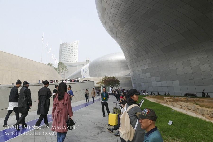 The surrounding backdrop of the otherworldly Zaha Hadid-designed Dongdaemun Design Plaza once again set the stage for fashionistas at the semi-annual Seoul Fashion Week. (photo by Yuan-Kwan Chan / Meniscus Magazine)