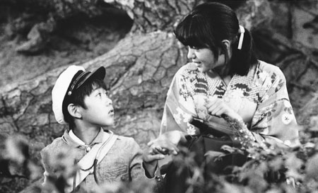 "Yasufumi Hayashi (left) and Isako Washio (right) in ""Bound for the Fields, the Mountains and the Seacoast."" (© 1986 Toho Co., Ltd. / Nippon Television Network Corporation / VAP INC.)"
