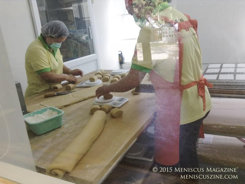 A glimpse at how Qiaotou Tai Chen Meat Bun makes its delicious mantou. (photo by Yuan-Kwan Chan / Meniscus Magazine)