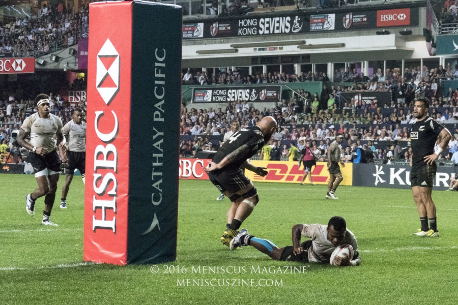 Jerry Tuwai manages to escape All Blacks veteran DJ Forbes, scoring a try in the first half. (photo by Yuan-Kwan Chan / Meniscus Magazine)