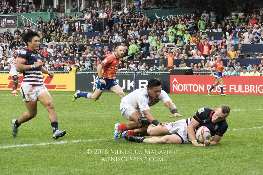 Alex McQueen scoring a try for Hong Kong just ahead of Japan's Lomano Lemeki. (photo by Yuan-Kwan Chan / Meniscus Magazine)
