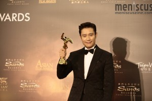 Lee Byung-hun with his Best Actor trophy at the 2016 Asian Film Awards in Macau. (photo © Asian Film Awards)