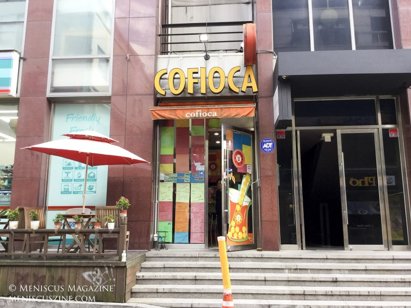 The unassuming Cofioca, which is next to a GS25 convenience store, specializes in bubble tea and fruit shakes. (photo by Yuan-Kwan Chan / Meniscus Magazine)
