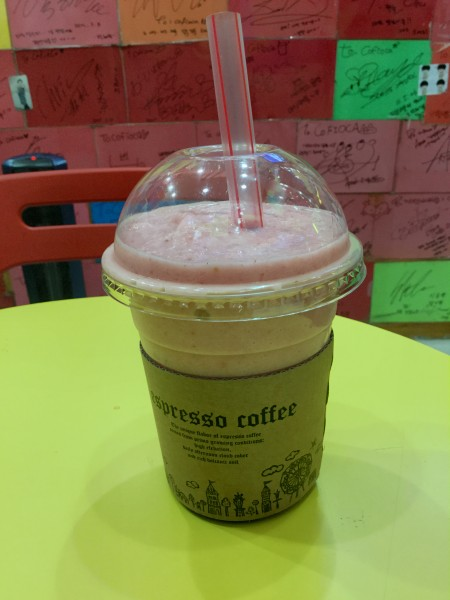 The Strawberry Colada fruit juice (KRW6,500), with tapioca pearls obscured by the cardboard label. (photo by Yuan-Kwan Chan / Meniscus Magazine)