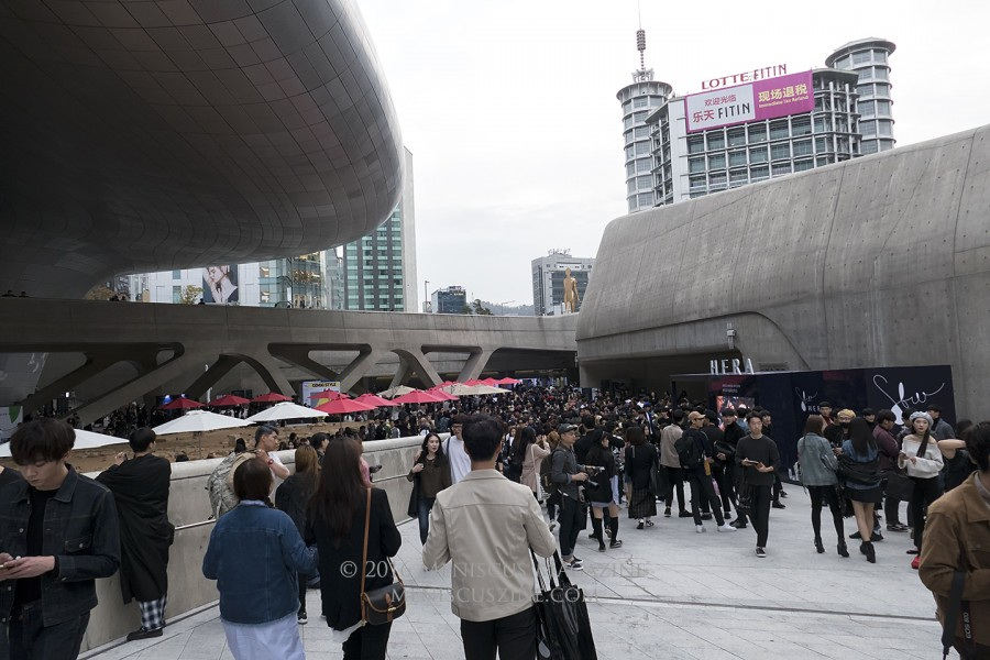 A sea of black at the Dongdaemun Design Plaza during the Spring 2017 Seoul Fashion Week collections. (photo by Yuan-Kwan Chan / Meniscus Magazine)