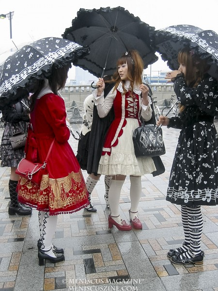 Rain can't deter these girls on a Sunday afternoon in Harajuku on Nov. 19, 2006. (photo by Yuan-Kwan Chan / Meniscus Magazine)
