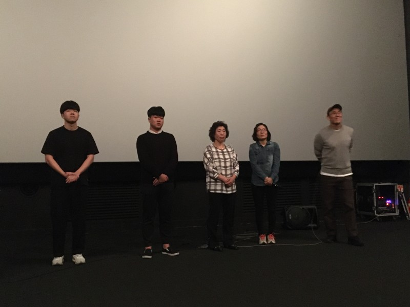 """Underground"" director Kim Jeong-keun (right) with several cast members, including Park Eunju (second from right), and Busan Metro workers Um Woochul (left) and Jeong Yeonghui (center). (photo by Yuan-Kwan Chan / Meniscus Magazine)"